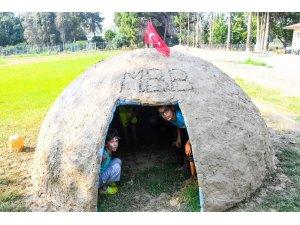 Çocuklar, çamurdan ev yaptı