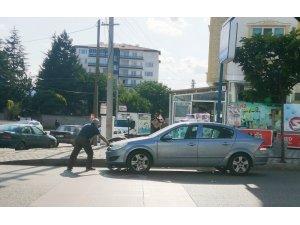 El freni çekilmeyen araç hareket edince önüne geçip eliyle durdurdu
