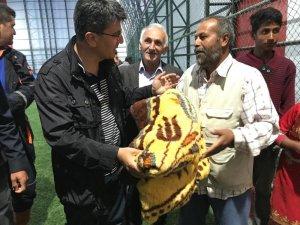 Çadırda kalan tarım işçileri yağmura yakalanınca halı sahaya yerleştirildi