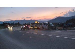 Ticari araç ile otomobil çarpıştı: 1 ölü, 3'ü çocuk 8 yaralı