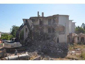 Gülşehir'de deprem dayanıklılık testini geçemeyen motel binası yıkıldı