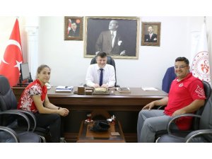 Türkiye şampiyonu Burcu, başarısını İl Müdürü Fillikçioğlu ile paylaştı