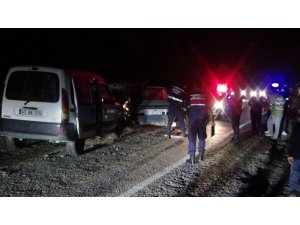 Bartın'da 3 otomobil birbirine girdi: 1'i ağır 4 yaralı