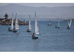Ahlat'ta 77 yelkencinin katıldığı yelken yarışlar yapıldı