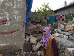 Sağanak yağış 80 yaşındaki ninenin evini vurdu