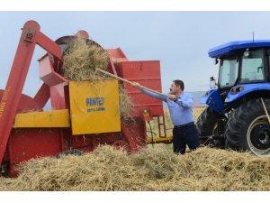 Vali Masatlı, çiftçilerle birlikte tarlada hasat yaptı
