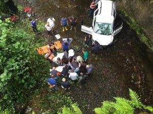 Dereye düşen araçtaki 2 kişi hayatını kaybetti