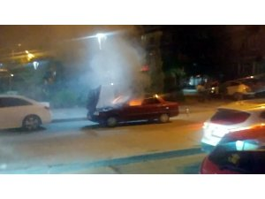 Otomobilde çıkan yangın paniğe neden oldu