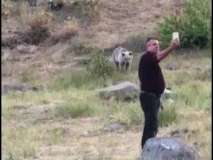 Karınları acıkan yavru ayıları kendi elleriyle beslediler