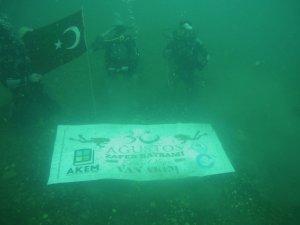 Van Gölü'nün derinliklerinde Zafer Bayramı'nı kutladılar