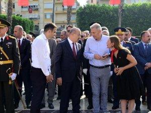 Zafer bayramı kutlamaları... Adana'da çelenk krizi!