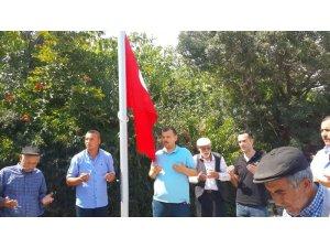 Şehidin evinin önüne törenle bayrak dikildi