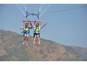Engelliler vatandaşlar paraşütle uçmanın keyfini yaşadı