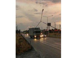 Şiddetli rüzgar elektrik direğini devirdi