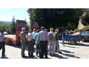 Köylüler su araması yapan iş makinesinin geri çekilmesine tepki gösterdi