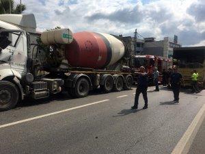 Sultanbeyli'de beton mikseri ile kamyon çarpıştı: 2 yaralı
