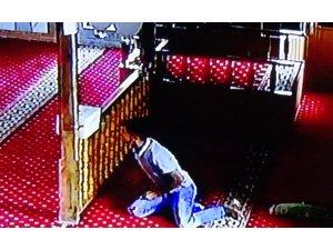 Camilerdeki bağış kutularına dadanan hırsız kameraya yakalandı