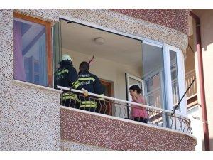 Kapı kilitlenince balkonda mahsur kaldılar
