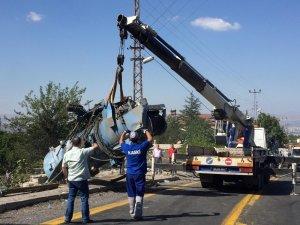 4 kişinin hayatını kaybettiği kazada iş makinesi olay yerinden kaldırıldı