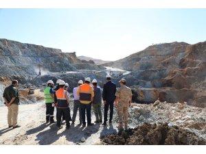 Vali Arslantaş, demir madeninde incelemelerde bulundu