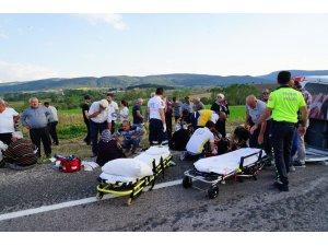 Kastamonu'da yolcu minibüsü ile kamyonet çarpıştı: 1 ölü, 16 yaralı