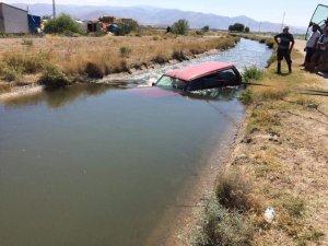 Direksiyon hakimiyeti kaybolan otomobil su kanalına uçtu