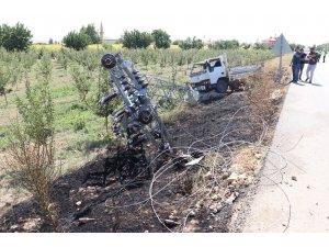 Karaman'da kamyonetin çarptığı yüksek gerilim direği yıkıldı