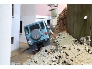 4 bin 500 ton toprak taşındı, istinat duvarının altında kalan araçlara hala ulaşılamadı