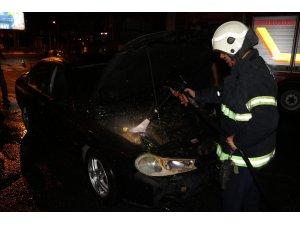 Seyir halinde yanan otomobile esnaf müdahalesi