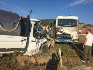 Yolcu midibüsü ile kamyonet çarpıştı: 5 yaralı