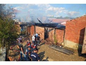 Taşköprü'de yangın: 2 ev kül oldu