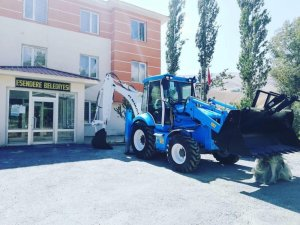 Esendere Belediyesi'ne 1 adet kazıcı ve 1 adet yükleyici iş makinesi hibe edildi