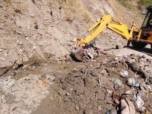 Hakkari'de çevreye rastgele atılan çöplerle mücadele