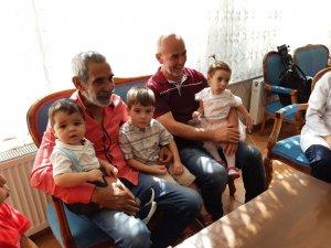 Sanatçı Turgay Tanülkü, doğduğu yer olan Uşak'ta çocuklara hediye dağıttı