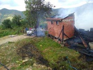 Sinop'ta alev alan araç evi yaktı
