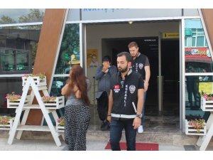 10 bin TL'lik vurgun yapan hamile hırsızlar tutuklandı
