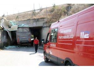 4 metrelik kamyon 3 metrelik alt geçide sıkıştı