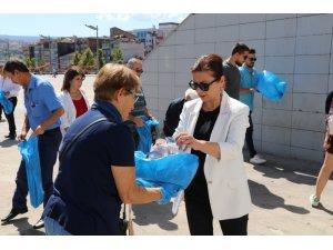 Başkan Köse, kent meydanında temizlik yaptı