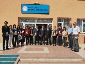 Akpınar Belediye Başkanı Turgut ilçedeki öğretmenlere 'Beyaz Zambaklar Ülkesi' kitabını hediye etti