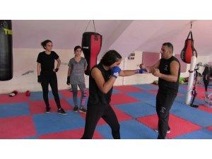 Kadınlar kendilerini korusun diye ücretsiz boks eğitimi veriyor