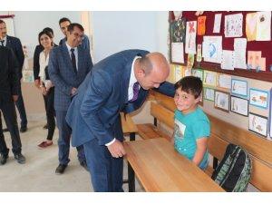 Bahçesaray kaymakamı Öztabak, öğretmen ve öğrencileri ziyaret etti