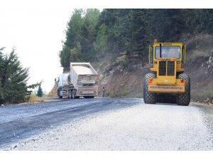 Tarsus'ta 2 yıldır asfaltlanması beklenen yolda çalışmalar başladı
