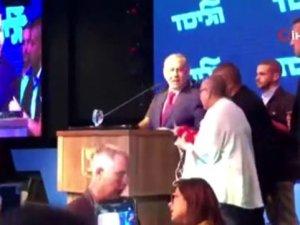 Netanyahu siren sesini duyunca korkudan içeri kaçtı!