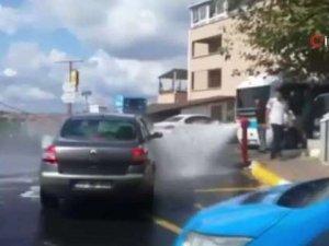 Sürücüler patlayan su borusunu fırsata çevirdi!