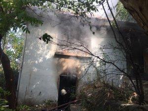 Tarihi mahalledeki metruk bina alevlere teslim oldu