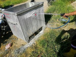 Mut'ta çöp konteynerleri dezenfekte ediliyor