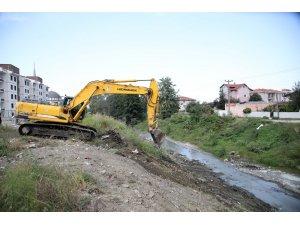 Gölü besleyen İstanbuldere'de atıklar temizleniyor