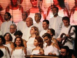 Eski Fenerbahçe Spor Kulübü Başkanı Ali Şen koroda şarkı söyledi