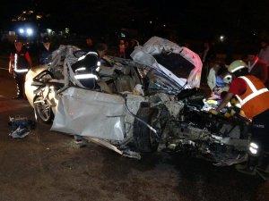 Isparta'da korkunç kaza... Otomobil, tomruk yüklü kamyona çarptı