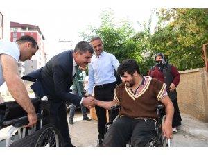 Başkan Asya'dan yürüme engelli Yunus'a tekerlekli sandalye